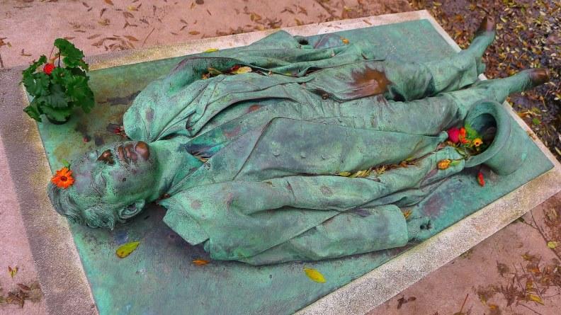VíctorNoir_3_PéreLachaise_cementerio_tumba_JulesDalou_DitaVonTesse_erotismo_superstición_París