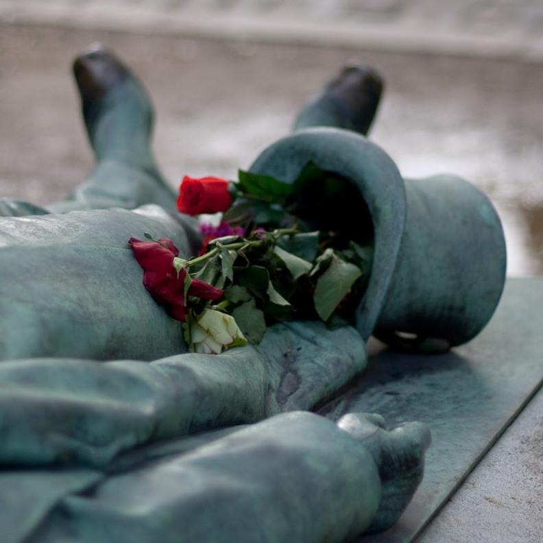 VíctorNoir_4_PéreLachaise_cementerio_tumba_JulesDalou_DitaVonTesse_erotismo_superstición_París